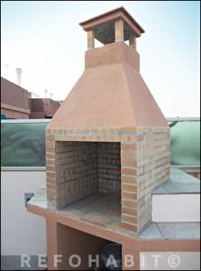 Barbacoa de obra lista para usar en terraza de piso en Barcelona