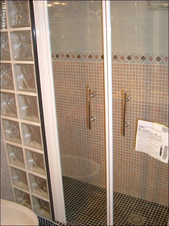 Precio de ducha de gresite y paredes de pavés con mampara.