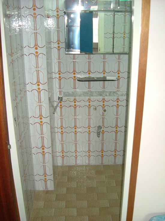 Baño a reformar, con alicatado en paredes y suelo de origen (más de 30 años de antigüedad)