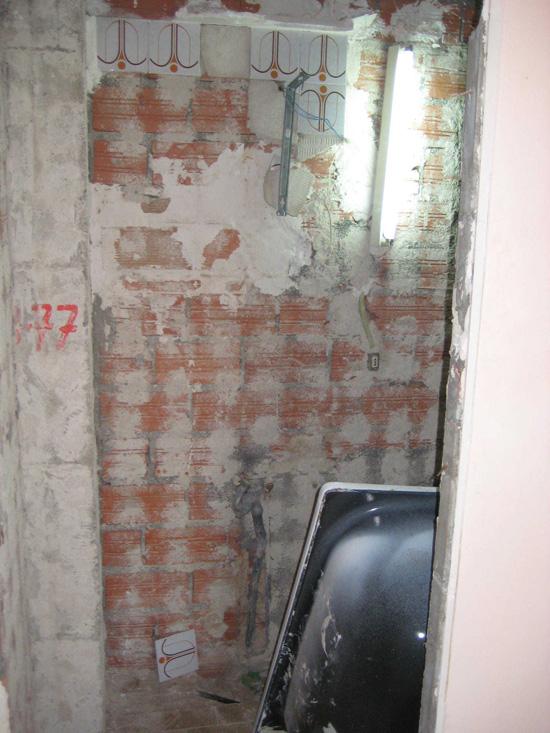 Cambio de bañera por ducha de obra, extracción de azulejos en paredes