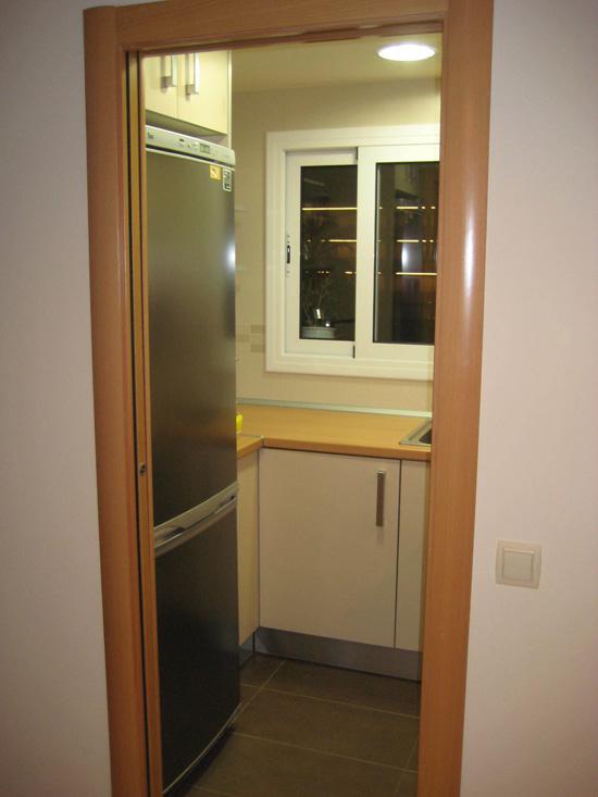 Reforma de cocina pequeña en apartamento de Malgrat de Mar, con puerta corredera Krona