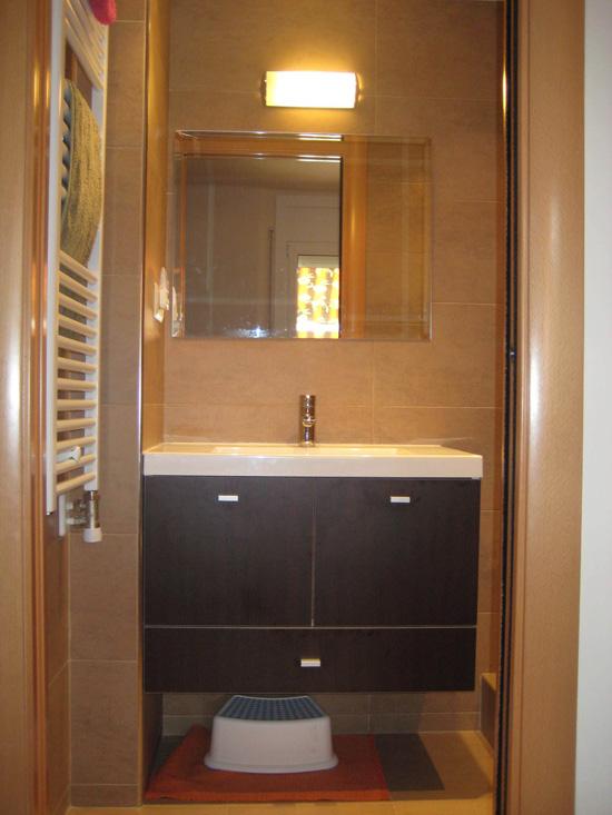 Lavamanos con mueble, marca Badó, instalación de espejo con aplique, colocación de radiador toallolero