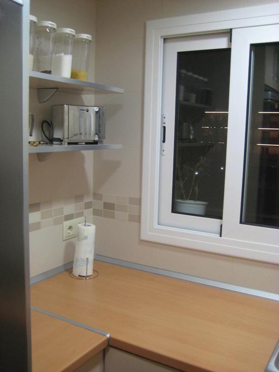Cocina reformada, con encimera de madera IKEA, muebles hechos a medida