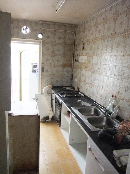 Estado de la cocina antes de la ampliación reforma, pared izquierda colindante a habitación.