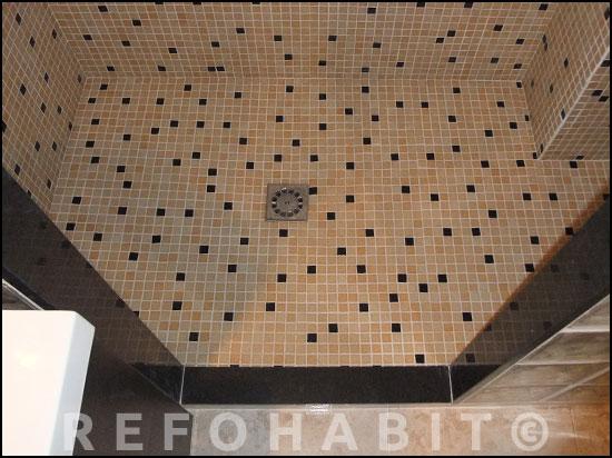 Detalle de DESPUÉS del cambio de bañera por plato, gresite con dos colores combinados con piezas colocadas manualmente.