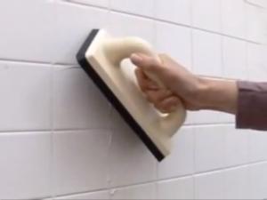 Aplicar pasta de borar juntas con una llana de goma y limpiar posteriormente.