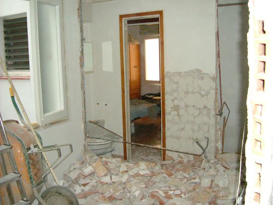Proceso de derribo de paredes en cocina y aseo