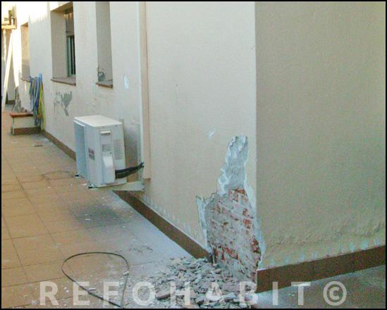 Repicado de mortero viejo en fachada con humedades