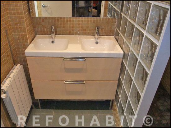 Reforma Baño Banera Por Ducha:Reforma de baño en Sants con colocación de mueble lavamanos