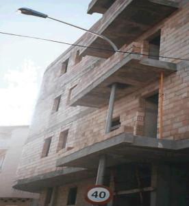 0422-construccion-edificio-pisos-farola-atravesada