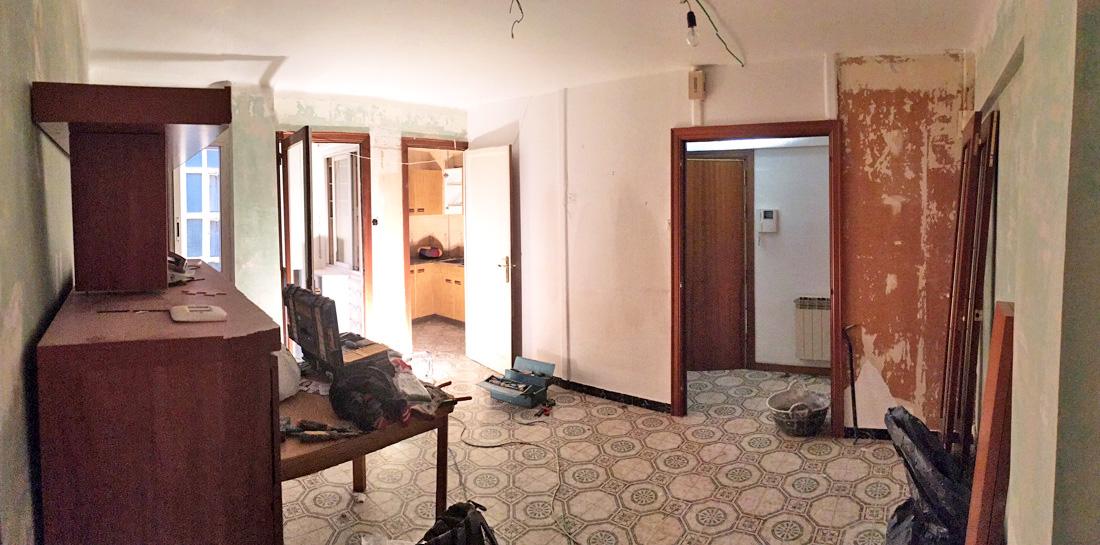 Vista general del salón, recibidor y cocina, antes de la reforma integral de piso.