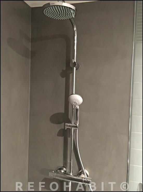 Pared de microcemento en zon ducha, muy práctico y limpio, sin juntas
