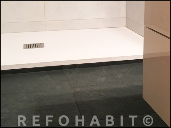 Colocación de plato de ducha de material resina, textura pizarra anti-deslizante